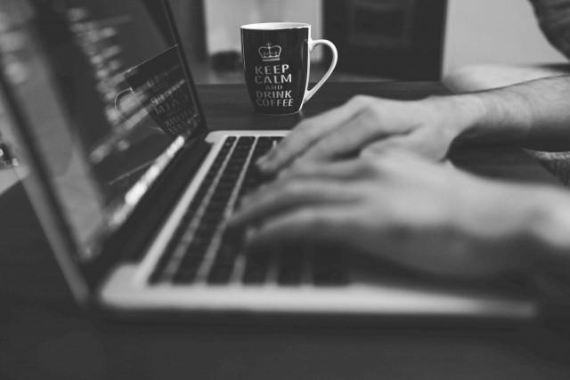 システムエンジニア(SE)とプログラマーの違いは?仕事内容や年収について